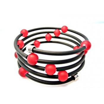 Wire armbånd med gummi og røde matte perler