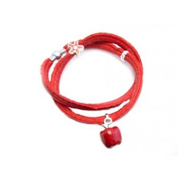 Rød kalveskinds armbånd med charms - gange rundt om armen